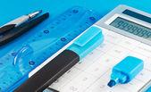 Bürotechnik auf blauem hintergrund — Stockfoto
