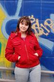 Tiener meisje en graffiti — Stockfoto