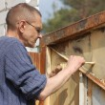 Man painting gate — Stock Photo