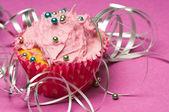 Cupcake met zilveren lint — Stockfoto