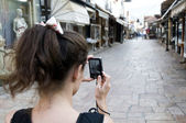 The girl who takes a photo of the downtown — Stock Photo