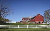 Bauernhof mit zaun — Stockfoto
