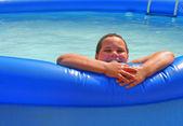 Jongen in zwembad — Stockfoto