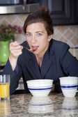 Businesswoman having breakfast — Стоковое фото