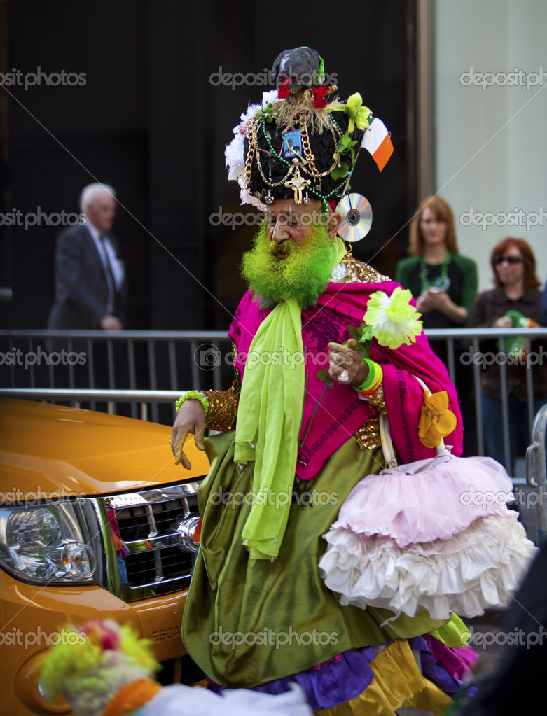 NEW YORK, NY, USA MAR 17: Colorful man in costume to celebrate the St. Patrick's Day Parade on March 17, 2012 in New York City, United States. — Stock Photo #9825747