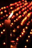 Luz de velas em uma cripta — Fotografia Stock
