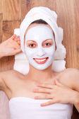 Femme avec masque cosmétique — Photo