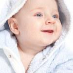mavi bornoz içinde bir çocuk portresi — Stok fotoğraf