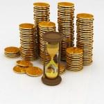 reloj de arena y monedas — Foto de Stock