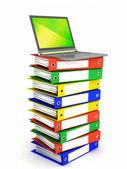 Laptop på stacken av mappar — Stockfoto