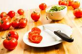 Üzüm domates, roka ve bıçak, mutfak masasının dilimlenmiş — Stok fotoğraf