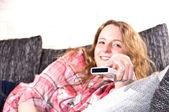 Mujer joven es usando un control remoto — Foto de Stock
