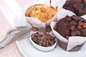 Gemengde zelfgemaakte muffins op een plaat — Stockfoto