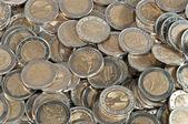 Velké haldy dvoueurových mincí — Stock fotografie