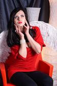 Mulher de beleza jovem em um vestido vermelho com asas brancas — Fotografia Stock