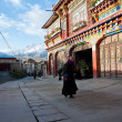 SICHUAN, CHINA-October 4, 2011: SICHUAN ganzi county on the streets of unknown , Tibetan residence has a history of over 300 years, SICHUAN province, CHINA, October 4, 2011 — Stock Photo