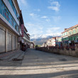 SICHUAN, CHINA-October 4, 2011: SICHUAN ganzi county on the streets of unknown , Tibetan residence has a history of over 300 years, SICHUAN province, CHINA, October 4, 2011 - Stockfoto