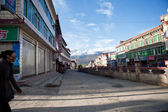SICHUAN, CHINA-October 4, 2011: SICHUAN ganzi county on the streets of unknown , Tibetan residence has a history of over 300 years, SICHUAN province, CHINA, October 4, 2011 — Foto de Stock