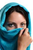 青のスカーフを持つ少女 — ストック写真