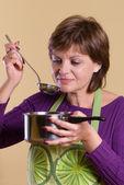Vrouw smaak het voedsel — Stockfoto