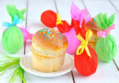 Easter cakes and colored eggs — Stock Photo