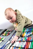 Child chooses a pen — Stock Photo