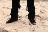 Dans les bottes de marche sur le sable — Photo