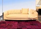 бежевом диване — Стоковое фото
