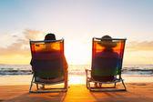 Casal romântico feliz aproveitando o belo pôr do sol na praia — Foto Stock