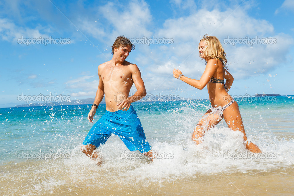 Attractive Young Couple on Tropical Beach — Stock Photo #10045520