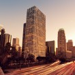 los angeles, cidade urbana ao pôr do sol com freeway trafic — Foto Stock