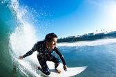 Surfer sur la vague océan bleu — Photo
