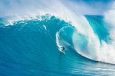 ハワイ州マウイ島 - 3月13日:プロサーファーカルロスburleはgiに乗る — ストック写真