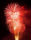 Vuurwerk in de nachtelijke hemel — Stockfoto