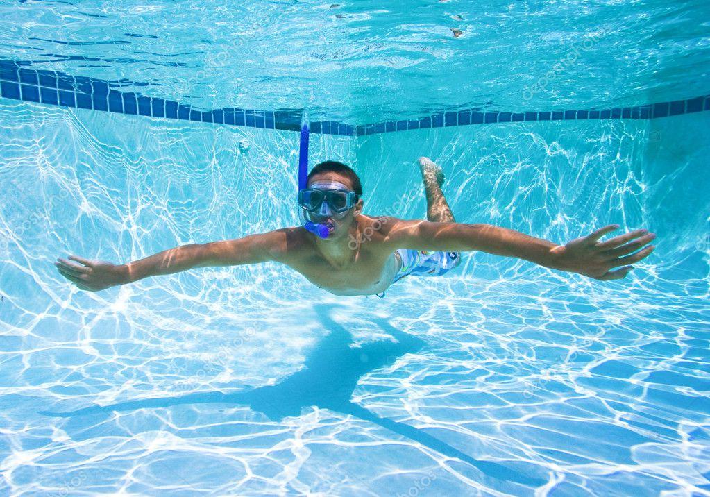 Jonge man zwemmen in zwembad onderwater stockfoto for Zwembad aanschaffen