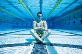Zwemmer in zwembad onderwater — Stockfoto