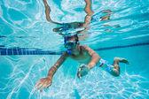 Giovane uomo, nuoto sott'acqua in piscina — Foto Stock