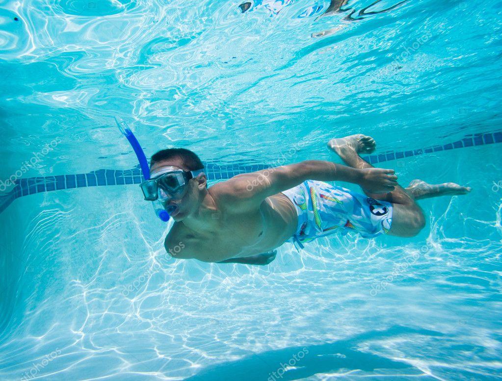 Joven nadando debajo del agua en la piscina foto de for Agua de la piscina turbia