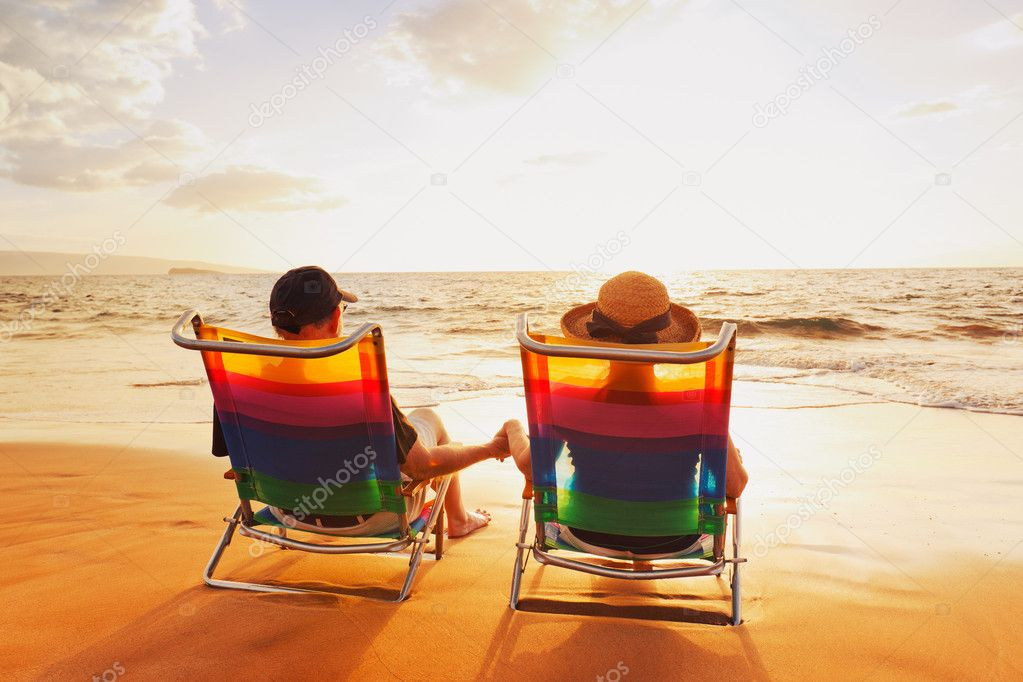 Happy Romantic Couple Enjoying Beautiful Sunset at the Beach — Stock Photo #9757958