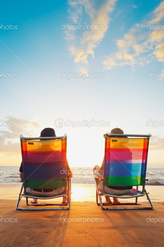 Happy Romantic Couple Enjoying Beautiful Sunset at the Beach — Stock Photo #9758006