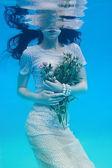 在水之下的女孩 — 图库照片