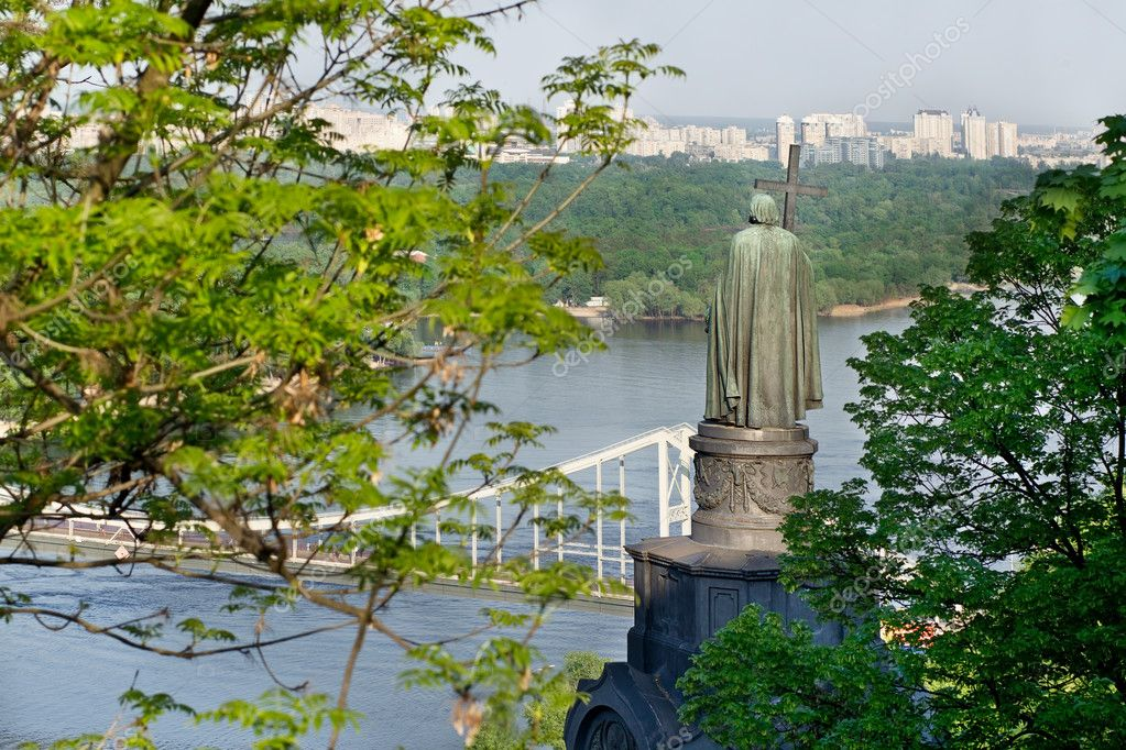 View of the monument to Vladimir in Kiev — Stock Photo #10477295