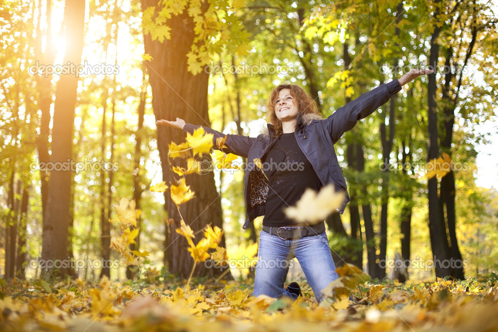 Young woman playing in autumn park leaves — Stock Photo #8532501