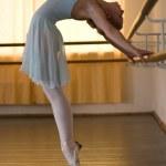 芭蕾舞女演员在芭蕾课 — 图库照片