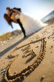 幸福的情侣和沙子的爱情 — 图库照片
