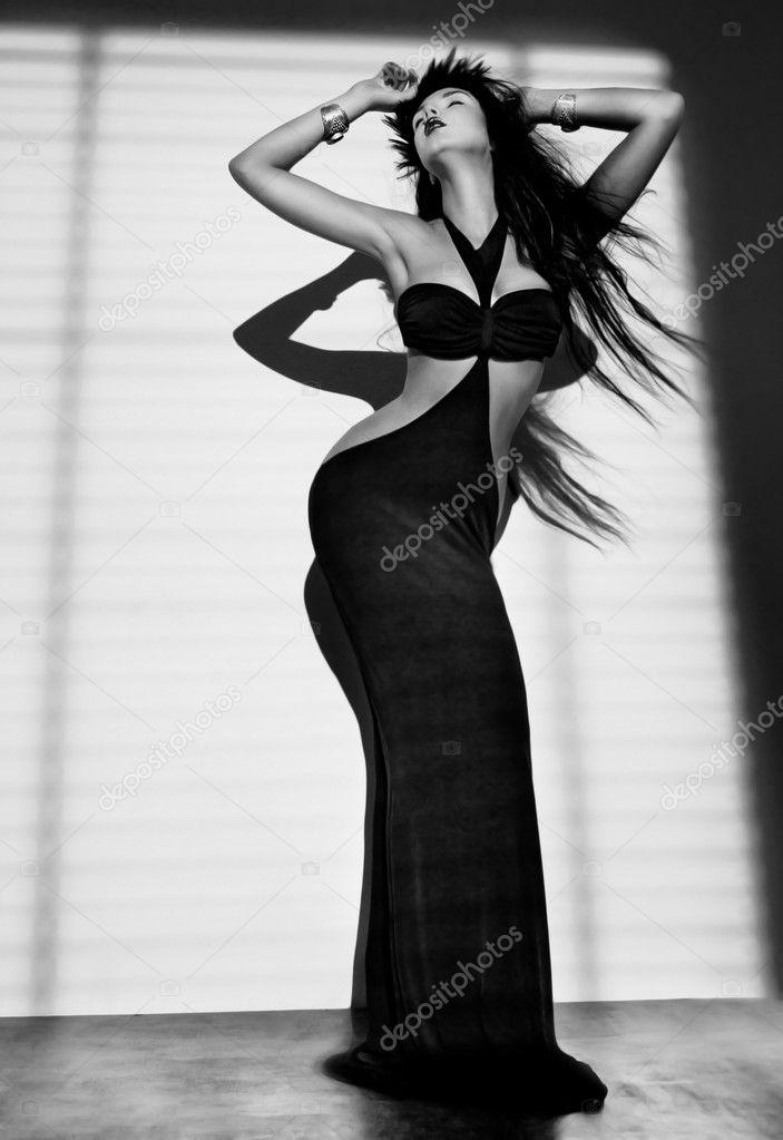 Девочка в черном платье картинка