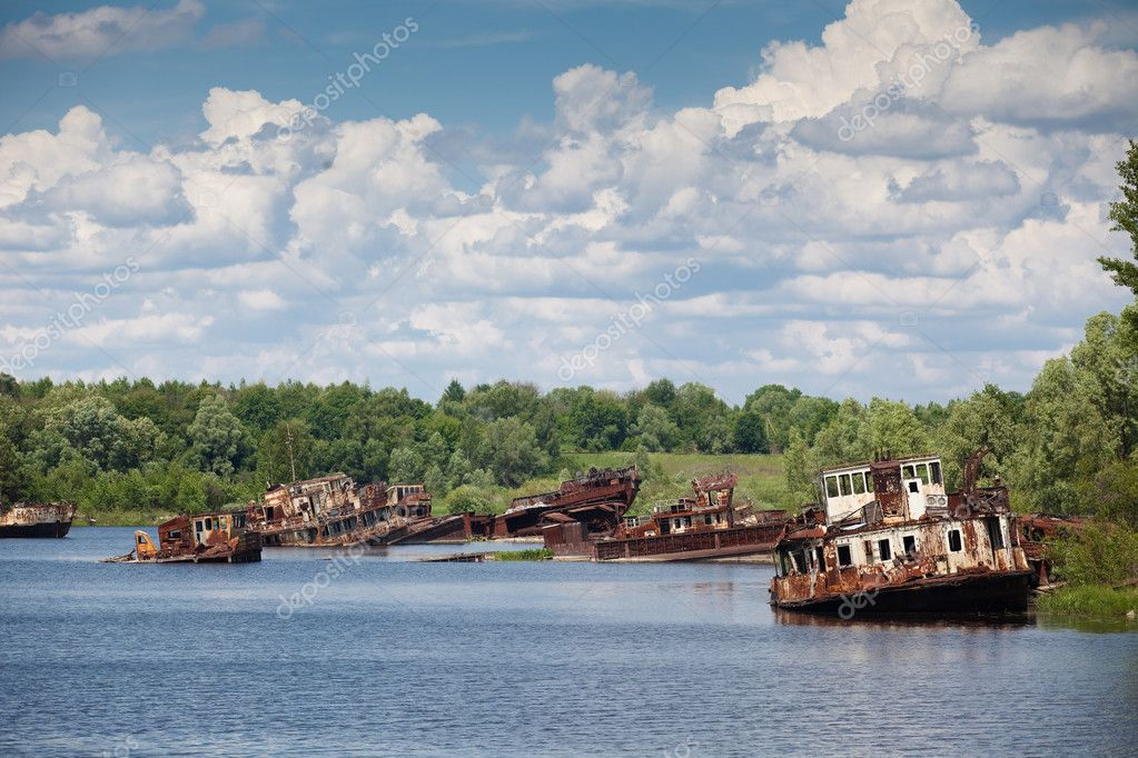 Old rusty ships in the river near of Chernobyl — Stock Photo #8584141