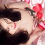 chica embarazada con flores — Foto de Stock