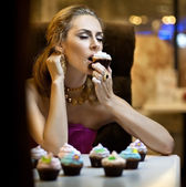 Girl eats cake — Stock Photo
