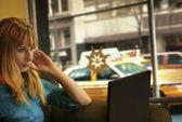 Jeune femme avec ordinateur portable — Photo